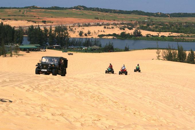 Ở đây có cả xe môtô hai bánh, xe địa hình bốn bánh dành cho ba người và xe jeep cho bốn người. Tài xế sẽ chạy một vòng trên đồi cát với khuyến cáo không dành cho người yếu tim.