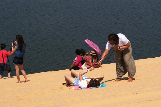 Đến với Bàu Trắng, du khách có thể thuê một chiếc thuyền của ngư dân ven vùng để khám phá, dạo chơi hay câu cá.