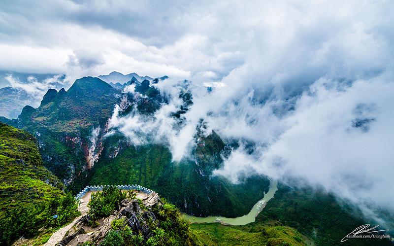 Nếu tới Hà Giang một lần thử được cầm lái chạy xe chênh vênh giữa một bên là núi đá cao ngút trời, một bên là vực sâu thăm thẳm và ngắm nhìn dòng sông Nho Quế uốn lượn như một dải sẽ khiến bạn trải qua những cung bậc cảm xúc tuyệt vời. Ảnh: FB.