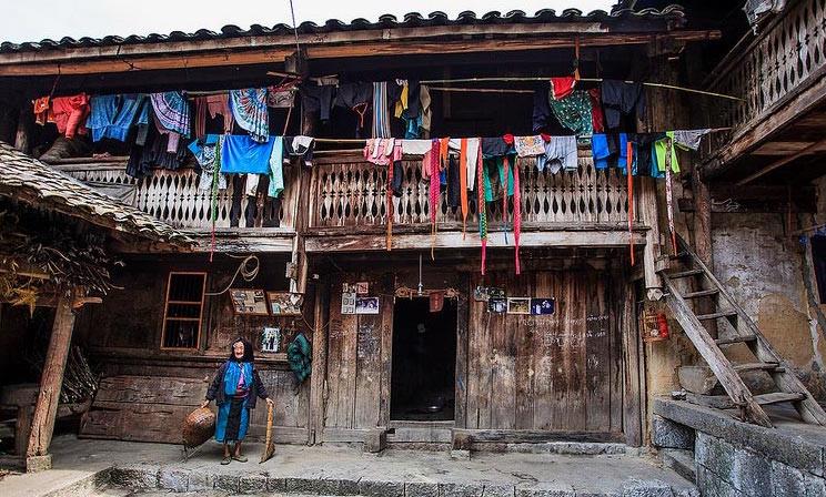 8. Nhà của Pao: Chính là ngôi nhà của ông Mua Súa Páo. Ngôi nhà vốn thuộc tầng lớp quý tộc xưa của đồng bào người Mông ở cực Bắc của Tổ quốc. Ngôi nhà trình tường vững chãi gồm hai tầng, có một gian chính, và được chia thành nhiều phòng khác nhau: phòng khách, phòng ở, nhà kho, bếp, và một chuồng dùng để nuôi gia súc, gia cầm. Ảnh: Hevt.