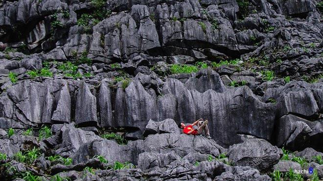 9. Cao nguyên đá Đồng Văn: Cao nguyên đá Đồng Văn là địa danh không còn xa lạ chút nào đối với ai biết đến Hà Giang. Đây là một trong những công viên địa chất mang những dấu ấn tiêu biểu về lịch sử phát triển của Trái Đất. cao nguyên đá Đồng Văn còn là nơi có cảnh tượng thiên nhiên hùng vĩ, độc đáo và lưu dấu nền văn hóa hết sức độc đáo của các dân tộc H'Mông, Lô Lô, Pu Péo, Dao. Ảnh: Hachi8.