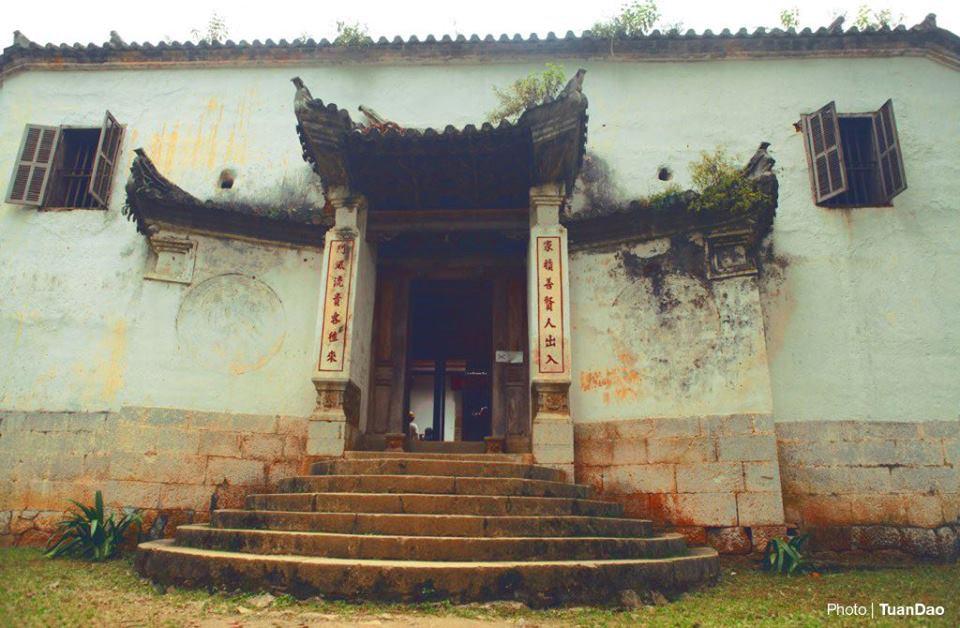 4. Dinh thự vua Mèo: Hay còn có tên gọi khác là dinh thự họ Vương, nằm trên đỉnh một quả đồi nhỏ thuộc xã Xà Phìn, huyện Đồng Văn, Hà Giang. Đây là một gia tộc giàu có nhất vùng thời trước. Dinh thự mang kiến trúc độc đáo, ảnh hưởng của ba nền kiến trúc: Trung Quốc, Pháp và của người dân tộc H'Mông. Khu dinh thự này được Nhà nước công nhận là Di tích quốc gia năm 1993. Ảnh: Tuandao.