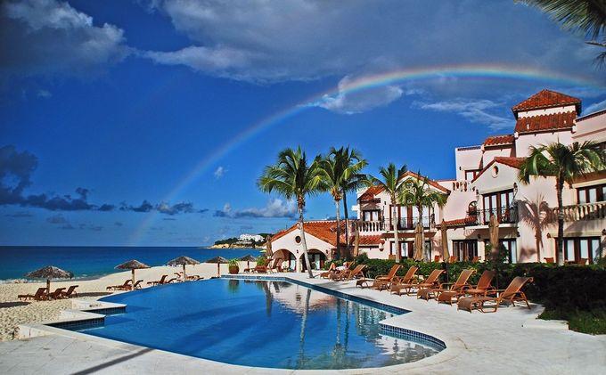 3. Frangipani Beach Resort, Anguilla  Ẩn mình trong vùng biển phía bắc Caribbean, khách sạn boutique do gia đình điều hành này có 19 phòng nghỉ và căn suite. Tại đây, du khách có thể xả stress với nhiều môn thể thao dưới nước như lướt sóng, môtô nước cho tới khám phá vịnh Meads trên du thuyền, spa trên bãi biển.