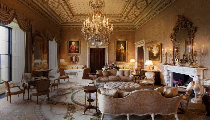 2. Ballyfin, Quận Laois, Ireland  Với 20 phòng nghỉ trong khuôn viên hơn 248 ha, khách sạn 5 sao này được xây dựng vào những năm 1820 cho quý ông Charles Coote. Công trình này là một thiết kế của các kiến trúc sư nổi tiếng người Ireland, Ngài Richard và William Morrison. Gia đình họ Cootes chỉ tận hưởng cuộc sống tại đây đúng một năm. Sau đó, hàng loạt biến cố chính trị và xã hội xảy ra khiến ngôi nhà đổi chủ nhiều lần. Mất nhiều năm phục hồi, Ballyfin mới trở thành một khách sạn, mở cửa đón khách vào tháng 5/2011.