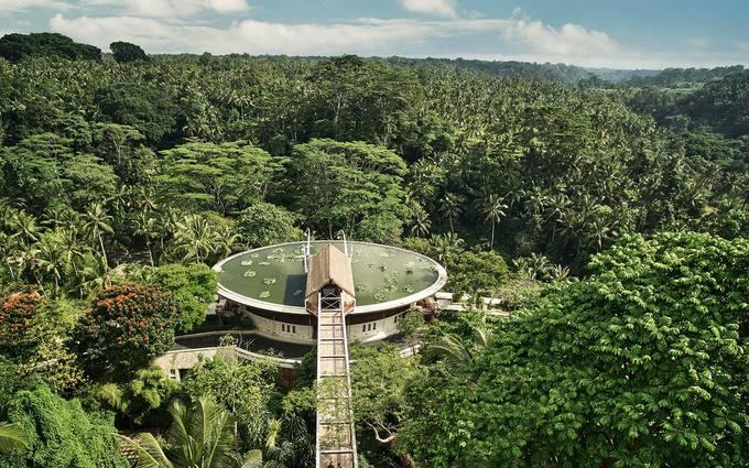1. Four Seasons Resort Bali tại Sayan, Indonesia  Để vào khu resort 60 phòng ở Thung lũng sông Ayung này, du khách có thể đi qua cây cầu treo trên những rặng dừa và cánh đồng lúa. Mỗi biệt thự ven sông đều có không gian thiền giữa ao sen trên mái nhà, phòng khách ngoài trời và hồ bơi. Tại đây, du khách có thể chèo thuyền trên sông Ayung, trồng lúa cùng người dân địa phương hay tham gia lễ cầu an và ban phước tại bốn ngôi chùa thiêng trên sông Pakerisan.