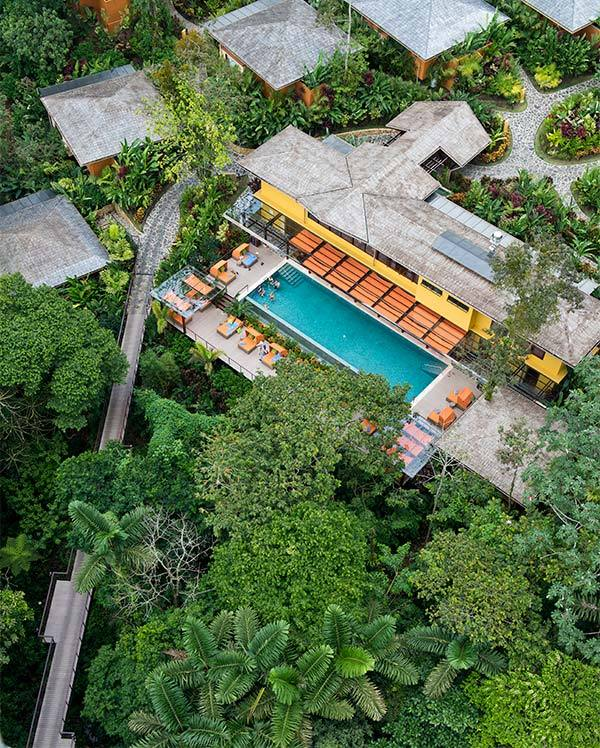 10. Nayara Springs, Vườn quốc gia Núi lửa Arenal, Costa Rica  Khu nghỉ dưỡng boutique chỉ dành cho người lớn ở một nơi có vẻ đẹp thiên nhiên hài hòa, với một con lạch nhỏ và dòng suối khoáng ngầm, những loài thực vật nhiệt đới... Con đường duy nhất kết nối với thế giới bên ngoài là cây cầu đi bộ dài gần 80m trên những tán cây.