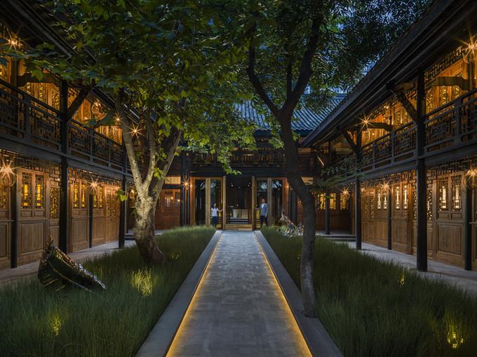 8. Temple House, Thành Đô, Trung Quốc  Được đặt tên theo ngôi đền Daci gần đó, khách sạn khôi phục kiến trúc một căn nhà cổ từ đời Thanh. Những nghệ nhân đã bảo tồn từng nét xưa trong những viên gạch truyền thống, chi tiết chạm khắc gỗ, trần gỗ và sàn nhà, mái hiên đua ra...