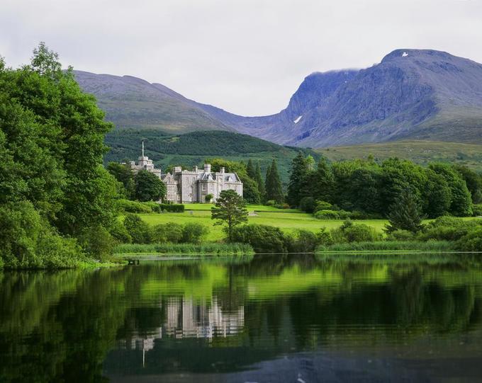 """4. Khách sạn Lâu đài Inverlochy, Torlundy, Scotland  Inverlochy là một lâu đài từ thế kỷ 19 nằm giữa những tán cây xanh. Trong một chuyến đi đến Balmoral vào năm 1873, Nữ hoàng Victoria đã dành một tuần tại lâu đài Inverlochy, vẽ lại cảnh quan xung quanh. Bà viết trong nhật ký của mình: """"Tôi chưa thấy nơi nào đáng yêu hoặc lãng mạn hơn nơi nay"""".  Nép mình dưới chân đồi Ben Nevis, Lâu đài Inverlochy nằm ngay gần một số phong cảnh đẹp nhất của Scotland như thác Glen Nevis, tượng đài ở Glenfinnan và những ngọn núi Glencoe."""