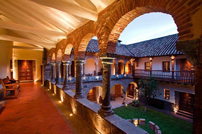 4. Inkaterra La Casona, Cuzco, Peru  Cũng nằm ở vị trí thứ tư là khách sạn boutique đầu tiên ở thành phố Cusco. Địa chỉ lưu trú này nằm trong quảng trường Plaza de las Nazarenas. Trang viên có từ thế kỷ 16 được xây dựng trên trên sân tập cho một đội quân tinh nhuệ của người Inca. Bao quanh sân hiên chính là 11 căn suite có ống khói, sàn có hệ thống sưởi, bồn tắm lớn, nội thất kiểu thuộc địa và các bức tranh tường nguyên gốc.