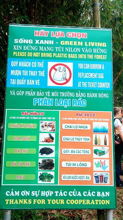 Khẩu hiệu viết bằng tiếng Việt và tiếng Anh để tuyên truyền cho du khách trong và ngoài nước.