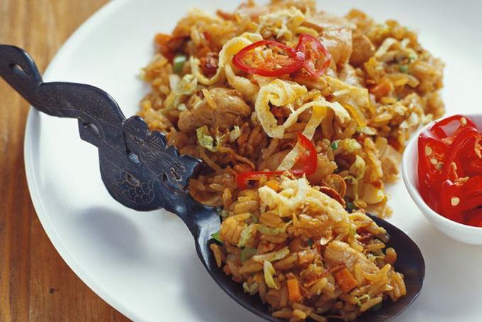 Nasi goreng là cơm rang cùng nước tương ngọt, dưa chuột, trứng, cà rốt. Bạn có thể tới địa chỉ sau để thưởng thức món ăn: Tầng một, Trung tâm mua sắm Menteng Plaza, số 79, đường Cokroaminoto, Menteng, Jakarta.