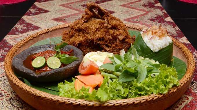 Bebek goreng: Cơm ăn kèm vịt chiên giòn và rau sống. Địa chỉ bán món này tại Jakarta là 18-19 Gambir, Daerah Khusus Ibukota.