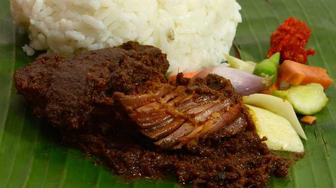 Nasi padang là món cơm trộn khoái khẩu của người dân Singapore nhưng đây là món ăn thuần Indonesia 100%. Người dân thường dùng tay ăn bốc khi thưởng thức nasi padang và sau đó uống trà ngọt để tráng miệng. Một trong những nơi nổi tiếng bán món này là Garuda Nasi Padang, số 8 đường Gajah Mada, Medan, đảo Sumatra.