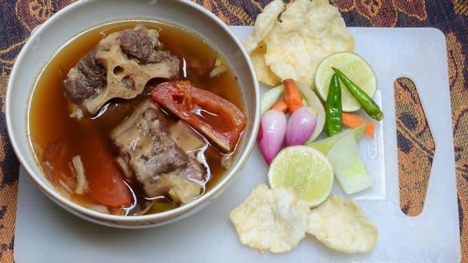 Sop buntut: Súp đuôi bò được đa số người dân ở quốc gia vạn đảo yêu thích. Món ăn được hồi sinh bởi một đầu bếp ở khách sạn Borabodor vào năm 1973. Ngày nay, người ta dùng thịt bò Australia nhập khẩu để làm phiên bản cao cấp. Món này được ăn kèm với cơm, dưa chua, chanh, hành tía, ớt, hành tây và cà rốt. Địa chỉ bán Sop buntut: Quán cà phê Sop Buntut Bogor, tầng 5, trung tâm mua sắm Pacific Place, đường Jenderal Sudirman.