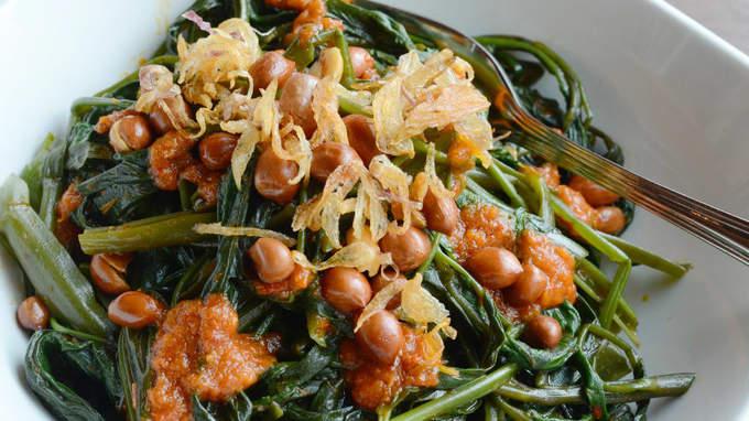 Kangkung được chế biến từ rau chân vịt xào cùng nước sốt đậu tương ngọt, tỏi, ớt, hành khô phi thơm. Địa chỉ bán món này ở số 36A đường Bendungan Hilir Raya, trung tâm Jakarta.