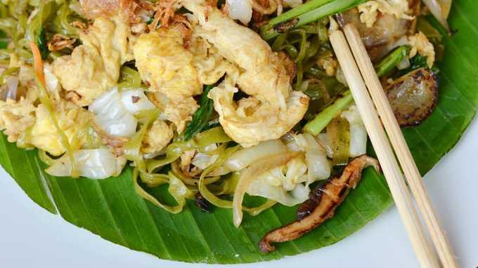 Bakmi goreng là món mì xào phổ biến ở Indonesia, ăn với trứng, thịt và rau. Mỗi quán ăn sẽ thêm các gia vị riêng để tạo nên nét đặc biệt. Địa chỉ: BakMi Gang Mangga, ở số 38B đường Kemurnian IV, Jakarta.