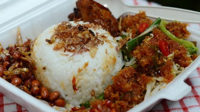 Nasi uduk là món ăn truyền thống được người dân địa phương yêu thích và lựa chọn cho bữa trưa. Cơm được nấu với nước cốt dừa, xung quanh là thịt, lạc rang, rau xào, cá cơm. Địa chỉ: Nasi Uduk Babe Saman, số 3, đường Kebon Kacang, thủ đô Jakarta. Quán ăn nằm gần chợ Gandaria Los Kolontong.