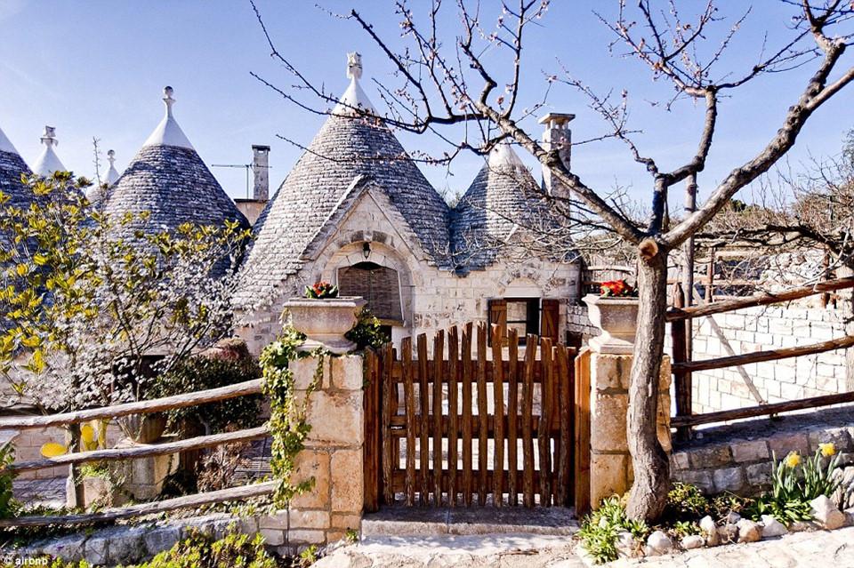 1. I Sette Coni - Trullo Edera, Ostuni, Italy - được yêu thích (wish listed): 164.444 lần: I Sette Coni - Trullo Edera là căn biệt thự ở Puglia, Italy, đây cũng chính là cơ ngơi được du khách yêu thích nhiều nhất thế giới.
