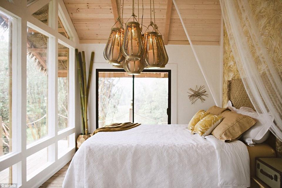 Phòng nghỉ với nội thất sang trọng nằm hoàn toàn biệt lập, không có nước máy và phải sử dụng điện năng lượng mặt trời để vận hành. Giá qua đêm ở đây vào khoảng 300 USD/đêm.