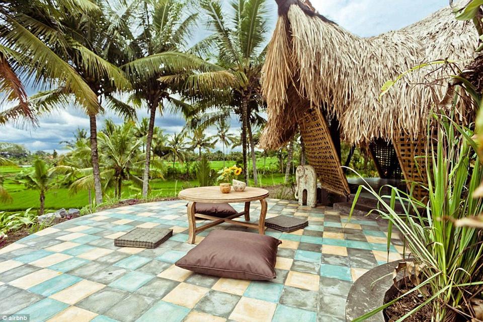 7. Eco Cottage, Bali, Indonesia - được yêu thích 65.644 lần: Túp lều tranh xinh đẹp này nằm chơ lơ giữa một cánh đồng lúa, với khung cảnh xa ngút xung quanh.