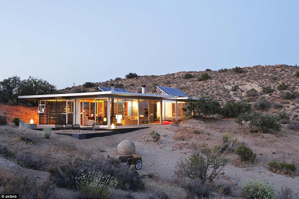 8. IT House, thung lũng Yucca , California, Mỹ - được yêu thích 63.669 lần: Căn nhà IT độc đáo ở thung lũng Yucca hoàn toàn tách biệt với khu dân cư, sử dụng điện năng lượng mặt trời.