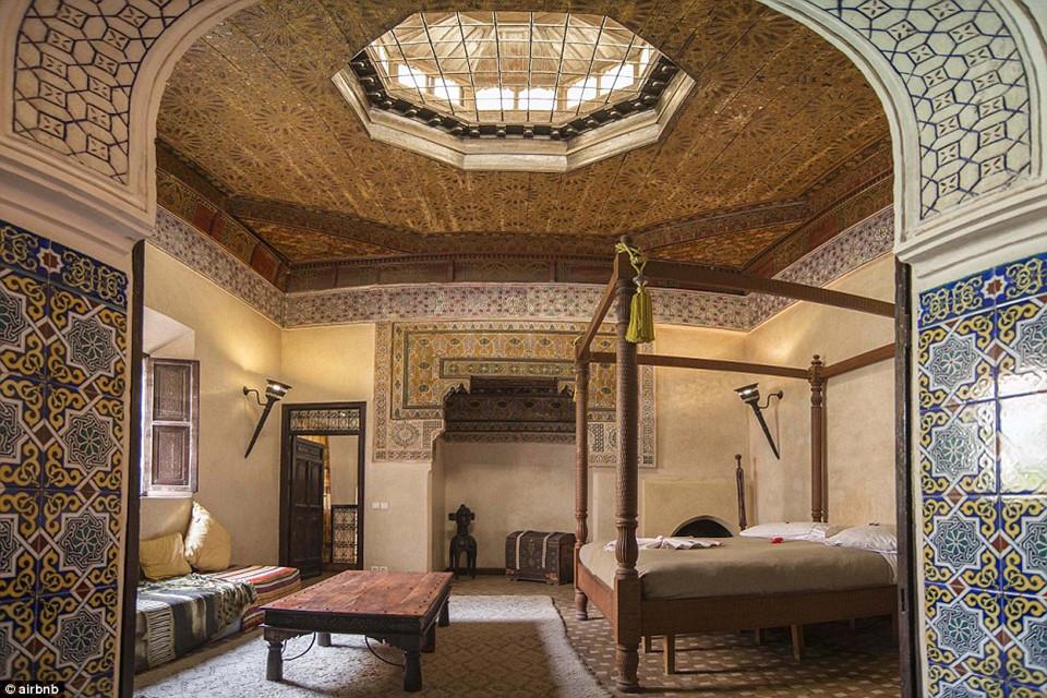 9. Cosy Palace, Marrakech, Morocco - được yêu thích 59.838 lần: Căn phòng bên trong cung điện Cosy được tu sửa lại bằng lối kiến trúc ấn tượng độc đáo, với các hành lang bằng gạch cổ có thể chứa được 4 người.