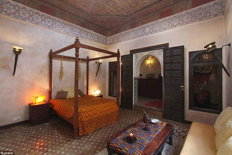 Cung điện nằm ngay gần trung tâm thành phố Medina, với giá khởi điểm là 50 USD/đêm.