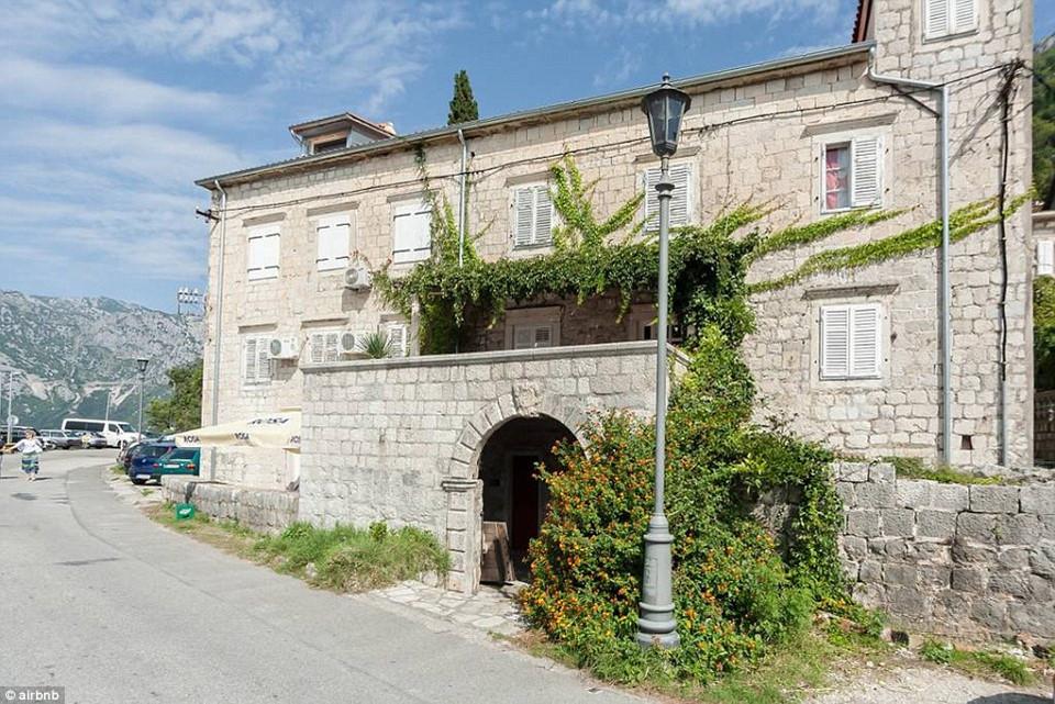 10. Waterfront Villa, Kotor, Montenegro - được yêu thích 52.964 lần: Giá nghỉ qua đêm tại khu biệt thự ven sông này chỉ ở mức 39 USD, với một bàn ăn ngoài trời phục vụ du khách.