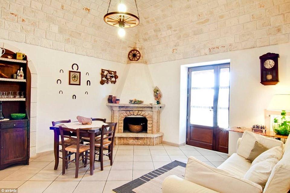 Với giá khoảng 80 USD/đêm, du khách tới đây sẽ được nghỉ ngơi trong căn phòng đá cẩm thạch tuyệt đẹp vào ban đêm, đọc sách bên những gốc cây olive vào ban ngày.