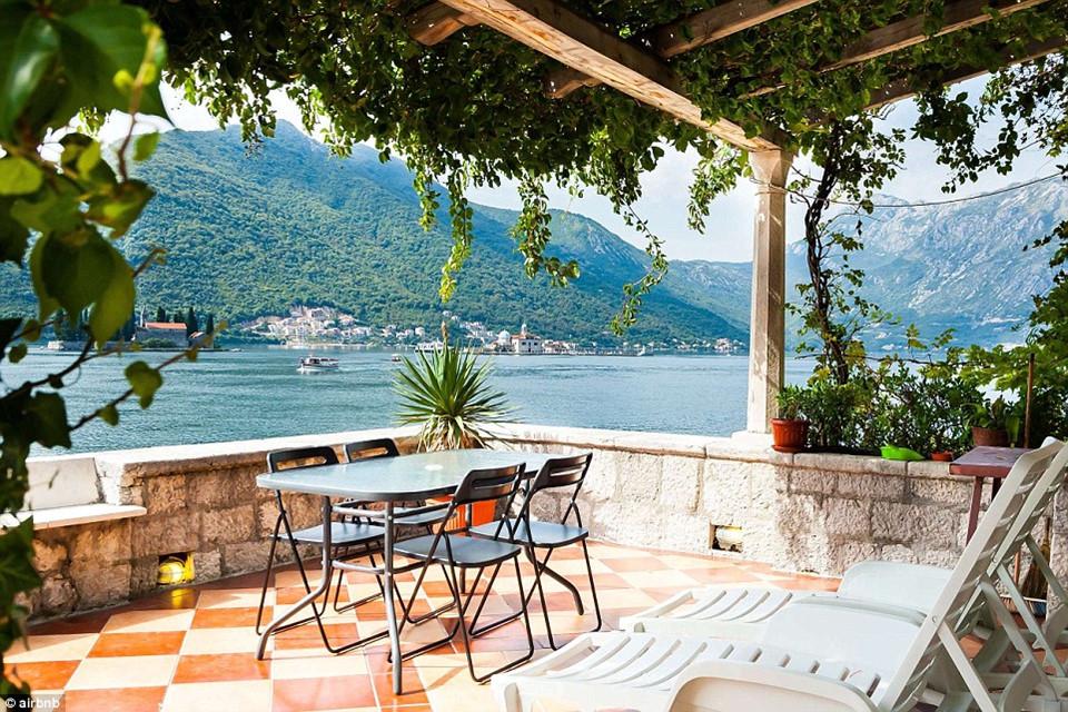 """Nơi đây có tầm nhìn chính diện ra 2 vịnh Kotor tuyệt đẹp, biến căn villa trở thành một trong những dinh cơ được quan tâm và nổi tiếng nhất ở châu Âu. Airbnb, website đặt phòng trực tuyến nổi tiếng nhân kỷ niệm 10 năm thành lập đã liệt kê một danh sách những phòng nghỉ được nhiều khách hàng lựa chọn """"yêu thích"""" nhất sau khi đã trải nghiệm. Tiêu chí cho danh sách này không giới hạn, bao gồm tất cả các khách sạn, phòng nghỉ, biệt thự cho thuê trực thuộc ở khắp nơi trên toàn thế giới."""