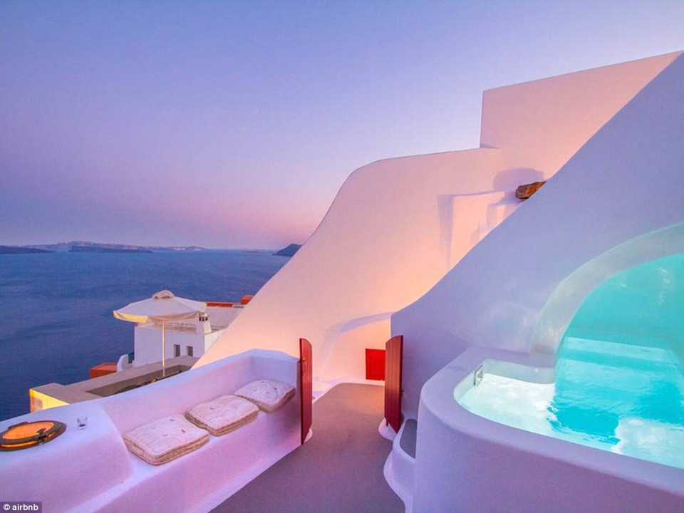 2. Hector Cave House, Santorini, Hy Lạp - được yêu thích 133.869 lần: Hector Cave House là một khách sạn nằm trên bán đảo Santorini, Hy Lạp, đã được xây dựng trên vách đá núi lửa từ 250 năm trước.