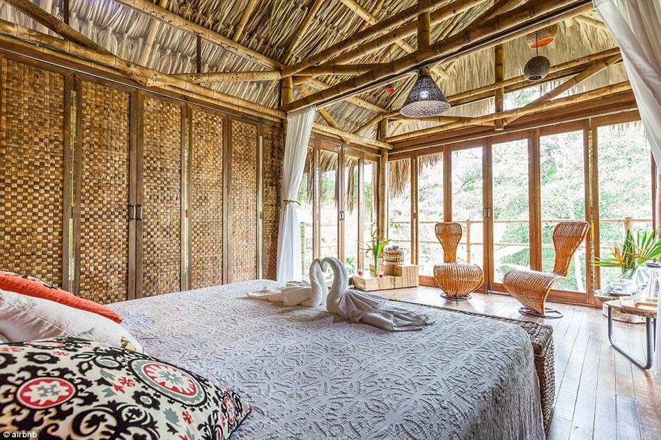 Bên trong những căn chòi chỉ có một giường ngủ, hợp cho một cặp đôi hoặc vợ chồng. Giá qua đêm tại đây cũng rất rẻ, chỉ 39 USD.