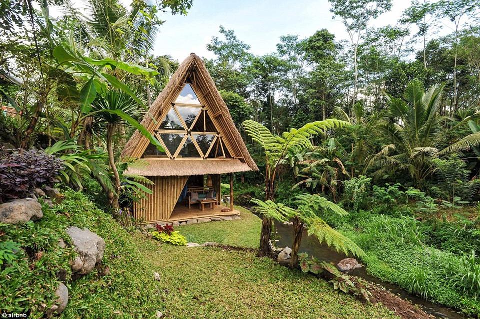 4. Eco Bambo, Bali, Indonesia - được yêu thích 77.177 lần: Nhà sinh thái Bambo được làm hoàn toàn bằng tre ở Bali, du khách muốn tới đây nghỉ phải đặt chỗ trước 6 tháng bởi danh sách book quá dài.