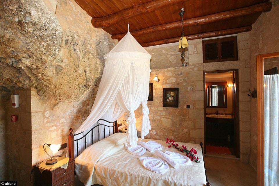 5. Stone Villa, Crete, Hy Lạp - được yêu thích 76.658 lần: Dinh cơ trong hang động này nằm trên đảo Crete xinh đẹp của Hy Lạp, đây từng là nhà ở của một hộ gia đình trước khi trở thành một khách sạn đáng mơ ước trên thế giới.