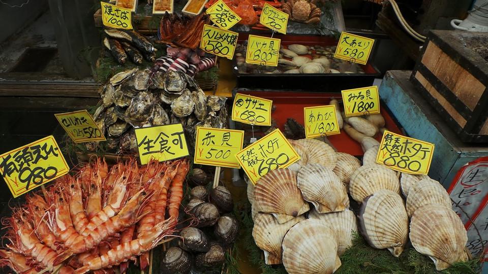 Dạo chợ Kuromon Ichiba: Kuromon Ichiba từng không quá nổi tiếng trên bản đồ du lịch Osaka. Song những năm gần đây, khu chợ này được tiếng là một trong những chợ cá tốt nhất Nhật Bản, nơi có thể tìm mua và thưởng thức các loại hải sản tươi sống, thơm ngon hảo hạng. Chợ Kuromon Ichiba còn là địa điểm thân thiện với nhiều du khách vì có Wi-Fi miễn phí, nhà vệ sinh và khu vực nghỉ ngơi. Ảnh: Choi's Travel Blog.