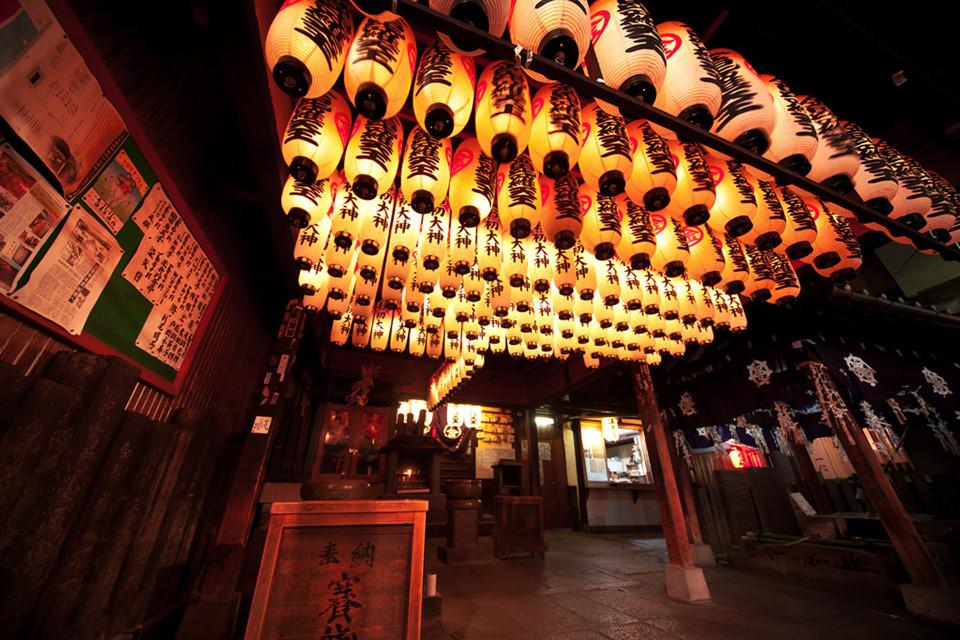 """Cầu nguyện tại đền Hozenji: Là một trong số những ngôi đền nhỏ nhất Nhật Bản, song đền Hozenji sẽ mang lại cho bạn nhiều trải nghiệm đáng nhớ. Ngay giữa khu mua sắm Namba sầm uất của Osaka, không gian bình yên của đền Hozenji điểm một """"dấu lặng"""" lạ lẫm và khác biệt. Bạn đừng quên thành tâm cầu nguyện trước tượng Bất Động Minh Vương phủ đầy rêu xanh nhiều huyền thoại ở đây. Ảnh: Flickr."""
