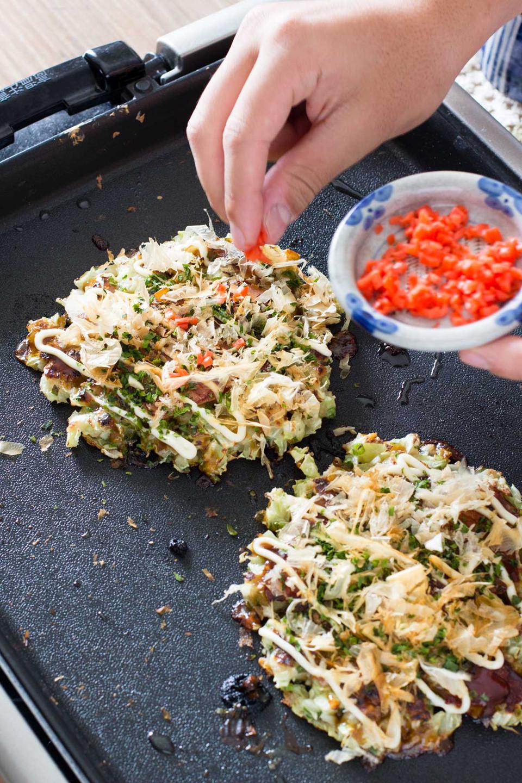 """Thưởng thức ẩm thực Osaka: Không phải ngẫu nhiên Osaka được mệnh danh là """"gian bếp của Nhật Bản"""". Vùng đất này nổi tiếng với nhiều món ngon cổ điển trứ danh, ai đến cũng phải thử như takoyaki, kushikatsu... đặc biệt là okonomiyaki. Người Việt thường gọi món ăn có lớp bột dày, bắp cải cắt vụn, thêm thịt xông khói, hải sản, pho mát... này là bánh xèo Nhật Bản. Ảnh: Chopstick Chronicles."""