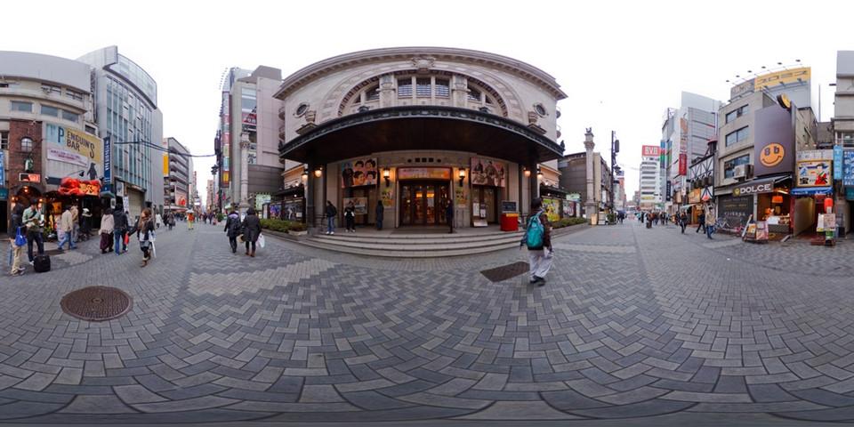 Thăm nhà hát Shochikuza và uống bia thủ công: Shochikuza là nhà hát kabuki duy nhất ở Osaka, chuyên trình diễn loại hình sân khấu truyền thống đặc sắc này của Nhật Bản. Bên cạnh đó, tầng hầm nhà hát còn phục vụ bia thủ công Dotonbori, một trong những loại bia ủ đầu tiên của Osaka. Tại đây, bạn có thể uống bia cùng đậu phụ, một sự kết hợp hiếm thấy. Ảnh: Living Nomads.
