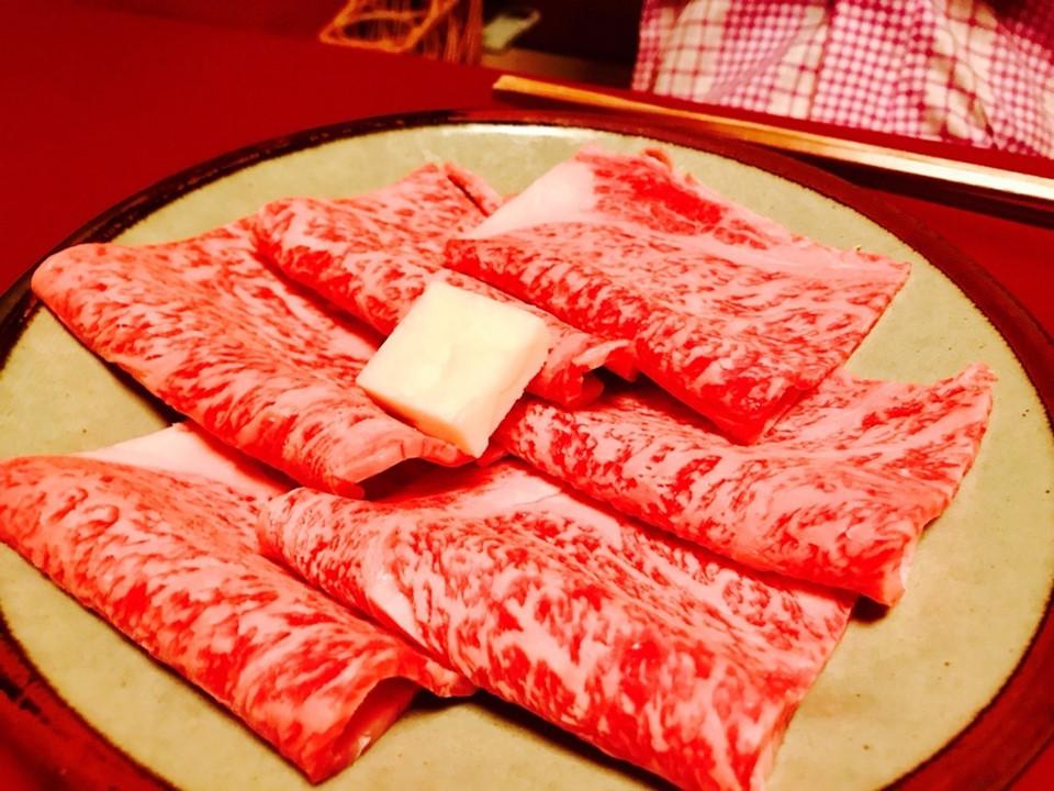 Ghé nhà hàng hơn thế kỷ tuổi đời: Có từ năm 1881, Kitamura là nhà hàng nổi tiếng lâu đời ở Osaka. Quán chuyên phục vụ món sukiyaki kiểu vùng Kansai theo một công thức không đổi cả trăm năm qua. Lẩu sukiyaki truyền thống Nhật Bản chủ yếu gồm thịt bò thái mỏng và rau, song vùng Kansai sử dụng cách nướng thịt, không dùng nước sốt warishita nấu chín như thường lệ. Ảnh: Osaka Info.