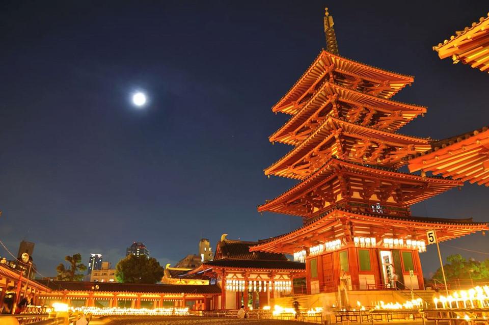 Viếng ngôi đền Phật giáo lâu đời nhất Nhật Bản: Shitennoji là ngôi đền Phật giáo đầu tiên ở Nhật Bản do chính quyền ủng hộ lập nên. Vì xây dựng năm 593, trong thời điểm Phật giáo vừa du nhập, người ta đánh giá đây là ngôi đền cổ xưa nhất nước này. Dù không tránh khỏi các cuộc hỏa hoạn lặp đi lặp lại suốt hơn 1.400 năm qua, đền Shitennoji vẫn còn lưu đó nét kiến trúc xưa. Ảnh: PhotoHito.