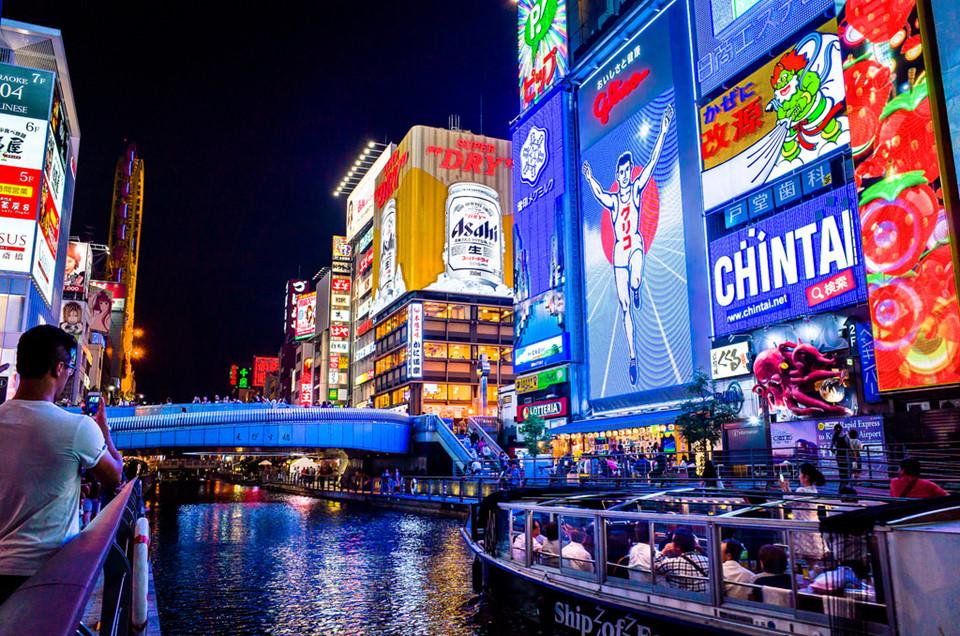 Selfie tại Dotonbori: Nhiều người nói rằng, chưa đến Dotonbori, xem như chưa đến Osaka. Con phố thương mại nhộn nhịp này là hình ảnh đặc trưng nhất cho khu vực Minami của Osaka, có từ thời Edo đến nay. Dạo Dotonbori về đêm, du khách như chìm đắm giữa muôn vàn ánh đèn neon lung linh, rực rỡ từ các bảng hiệu. Bạn đừng quên selfie và check-in tại cây cầu Ebisu nổi tiếng ở đây. Ảnh: Flickr.