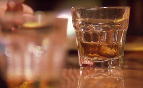 Nếu bạn tới Dawson City, Yukon, bạn có thể ghé qua quán Sourtoe Cocktail. Đến đây, điều bạn phải làm là thưởng thức đồ uống có ngón chân người phía dưới. Khẩu hiệu của quán chính là bạn có thể uống nhanh, uống chậm, nhưng môi bạn dứt khoát phải chạm vào ngón chân. Ảnh: Independent.