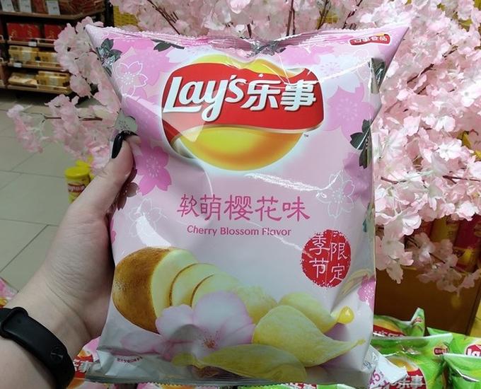 Hoa anh đào là biếu tượng của đất nước Nhật Bản, có nhiều loại thực phẩm và món ăn chế biến từ hoa anh đào. Một trong số đó là bim bim vị hoa anh đào, khiến những vị khách nước ngoài rất ngạc nhiên.