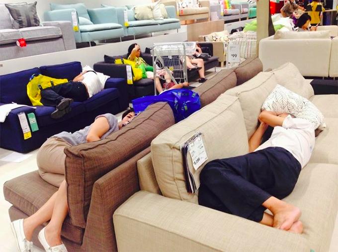 Hình ảnh được ghi tại một cửa hàng nội thất nằm trong chuỗi toàn cầu có chi nhánh tại Bắc Kinh. Rất nhiều vị khách đã tận dụng luôn những chiếc ghế sofa hàng mẫu trưng bày để tranh thủ ngả lưng.