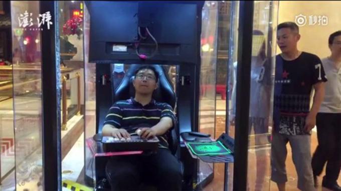 Một điều bất ngờ khác được khách nước ngoài ghi lại khi tới Trung Quốc, đó là phòng chơi game mini chuyên dụng đặt trong trung tâm thương mại. Nhưng thay vì đặt ở khu trò chơi, nó lại nằm cạnh các shop thời trang, với mục đích dành cho các ông chồng thư giãn trong lúc đợi vợ mua đồ.