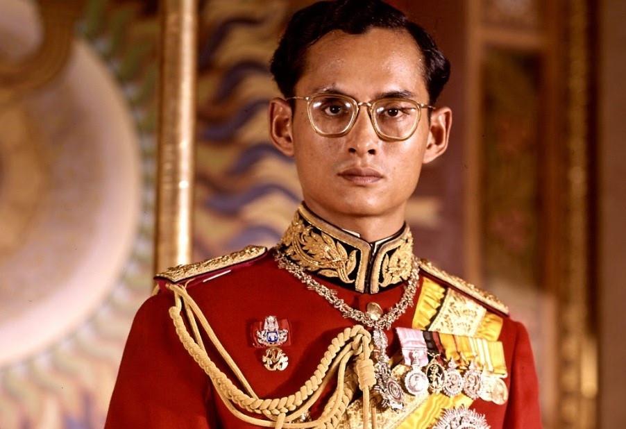 """9. Vua: Đức vua của Thái Lan luôn được tôn kính. Một trong hai vị vua được người Thái tôn kính nhất là Bhumibol Adulyadej (5/12/1927-13/10/2016) còn gọi là Vua Rama IX, trị vì từ 9/6/1046 đến 13/10/2016, lâu nhất trong lịch sử Thái Lan, trải qua 30 đời Thủ tướng. Ông là nhà nông học lỗi lạc, nhà quản trị tài ba và tấm gương mẫu mực về cuộc sống. Vị vua thứ hai là Ramma V, còn gọi là Chulalongkorn (20/9/1853-23/10/1910) cũng được người Thái gọi là """"Đức Vua vĩ đại kính yêu"""". Ảnh: Wikimedia, Getty Images."""