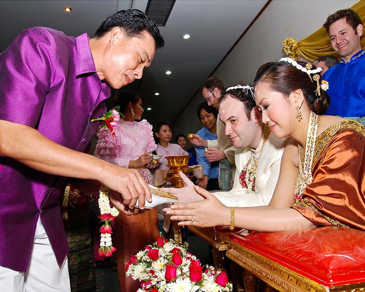 """10. Đám cưới: Đám cưới của người Thái đơn giản, chỉ dăm ba mâm cỗ, cốt lõi là hạnh phúc của hôn phối. Đám cưới nơi đây nhỏ nhưng thách cưới to. Thanh niên muốn lấy vợ phải có """"ISO Chùa"""", nghĩa là hoàn tất tu tập, thời gian tùy điều kiện và khả năng. Nhiều khi, chú rể được bố vợ tương lai kiểm tra kinh Phật. Ảnh: Bualong Sebulke, Keyvisathailand."""