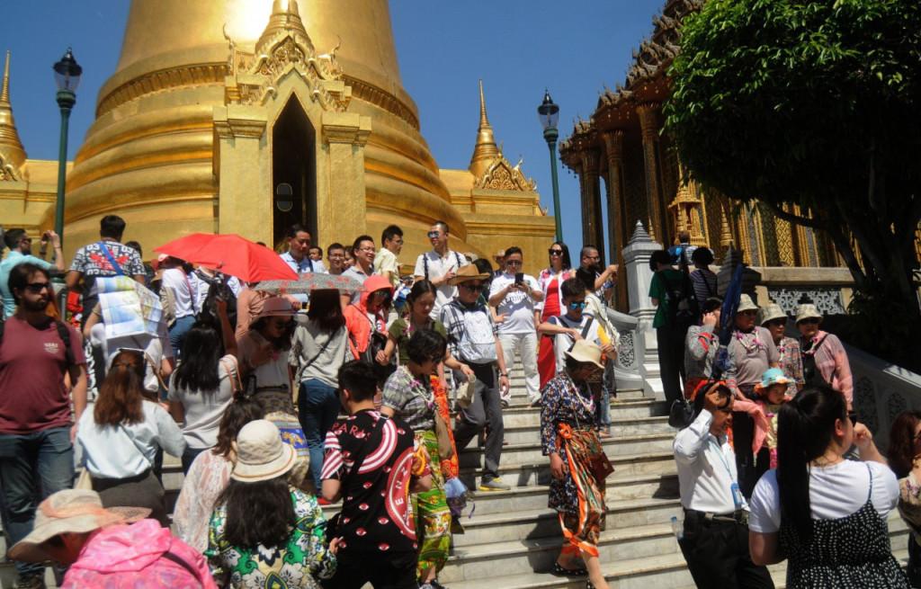 15. Khách Trung Quốc: Khách Trung Quốc chiếm tới gần 30% lượng khách đến Thái Lan (10/32 triệu khách - số liệu 2017) dù 2 nước không có đường biên giới chung. Khách toàn đi đường hàng không, chi tiêu khá. Việt Nam có 1.360 km đường biên giới với Trung Quốc cùng hàng chục cửa khẩu đường bộ. Năm 2017, nước ta đón gần 4 triệu khách Trung Quốc đã khá khó khăn trong việc quản lý. Ảnh: Chinese tourists in Thailand .