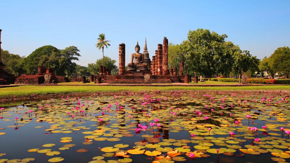 """1. Thailand: Cái tên Thái Lan có nghĩa là """"Vùng đất người Thái"""". Người Thái di cư từ Vân Nam (Trung Quốc) xuống vùng Đông Nam Á từ thế kỷ VIII, cùng chung ngôn ngữ với người Lào, người Thái ở Việt Nam. Vương quốc Thái Lan thành lập vào năm 1238 từ lãnh thổ của đế chế Khmer, đóng đô tại Sukhothai. Năm 1283, người Thái mới có chữ viết riêng. Quốc hoa Thái Lan là Dok Khuen, người Việt gọi là muồng hoàng yến, bò cạp vàng. Loài hoa này tượng trưng cho hoàng gia. Ảnh: CNN."""