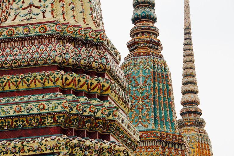2. Phật và phật giáo Tiểu thừa: Phật giáo Tiểu thừa (Nam Tông) chiếm gần 95% dân số Thái Lan. Cuộc sống và các sự kiện quan trọng trong cuộc đời của người Thái luôn gắn bó mật thiết với chùa như một phần tất yếu. Phật không có mặt trong các tiệm trang sức vàng, bạc, đá quý vì không thể mua bán mà được thỉnh từ trong chùa. Người Thái ít đeo nữ trang. Họ mang Phật trong người để nhắc nhở mình làm điều tốt, tránh xa việc xấu. Ảnh: Pixabay, Sarah Williams.